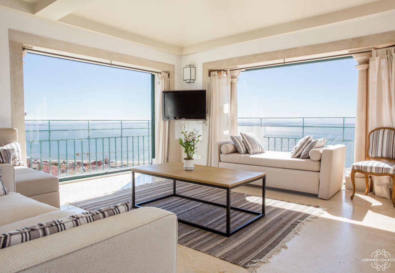 Cozy lounge with 360 ° view of the Tagus. Balcony with large French window for this penthouse