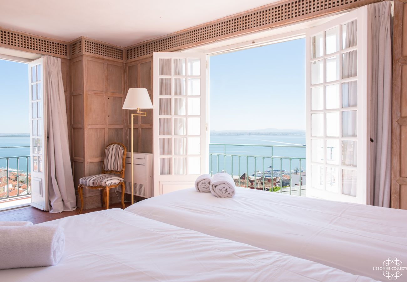 Large room for two people with balcony overlooking the Tagus