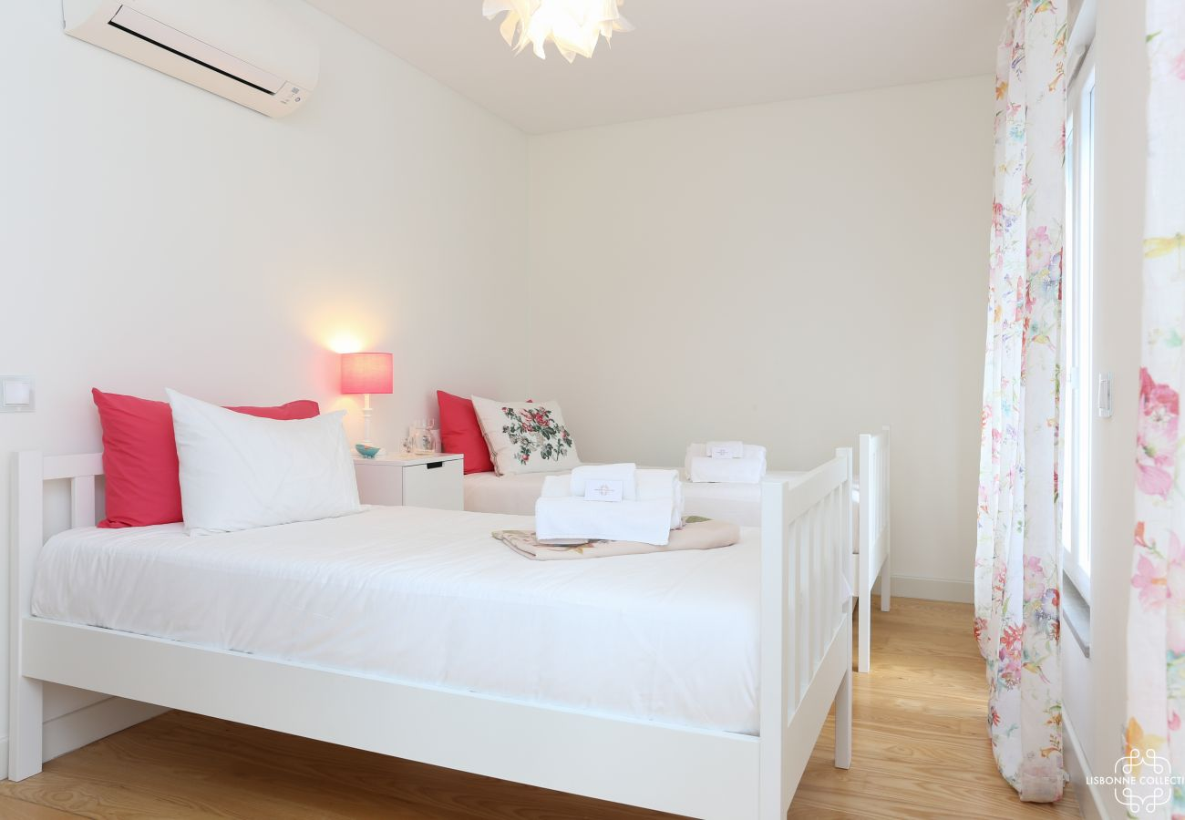 Deluxe room with two single beds and balcony access