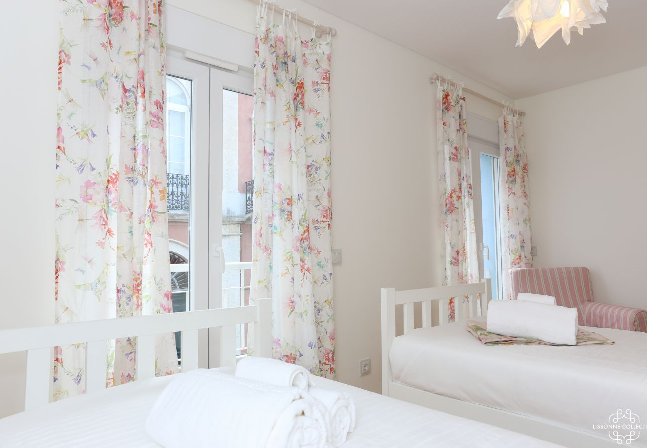 Deluxe room with two single beds, a single sofa and access to the balcony