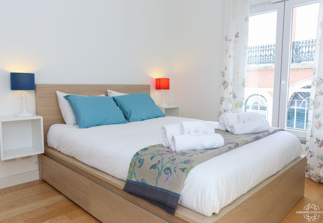 Luxurious and luminous room for adults with double bed and balcony access