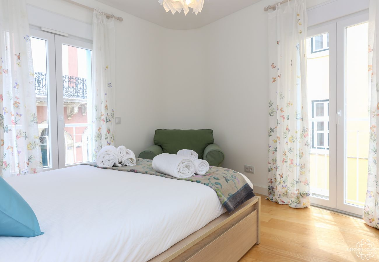 Spacious and bright room with outdoor access