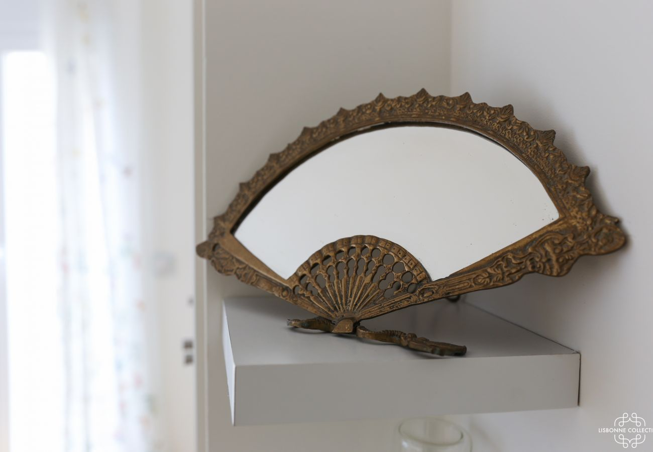Mirrored metallic fan decoration inlaid on shelf