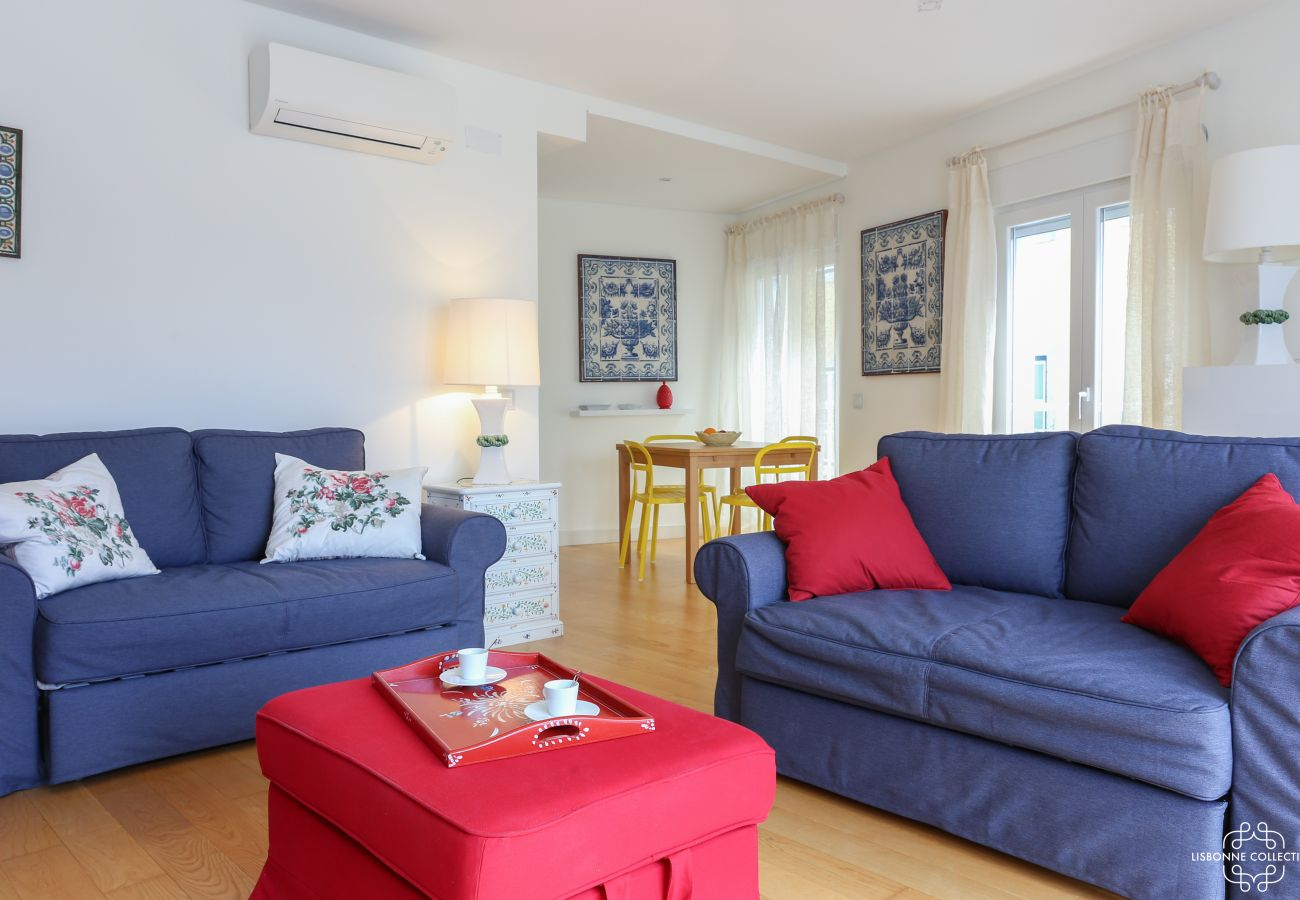 Bright living room with air conditioning and direct access to the terrace
