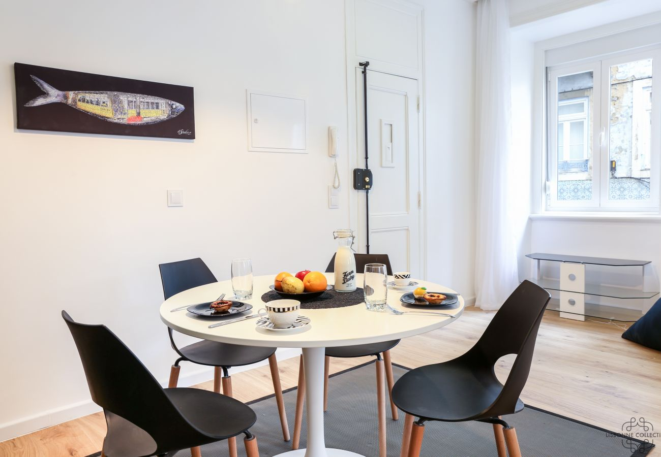 spacious and bright dining room overlooking the historic district of Graça