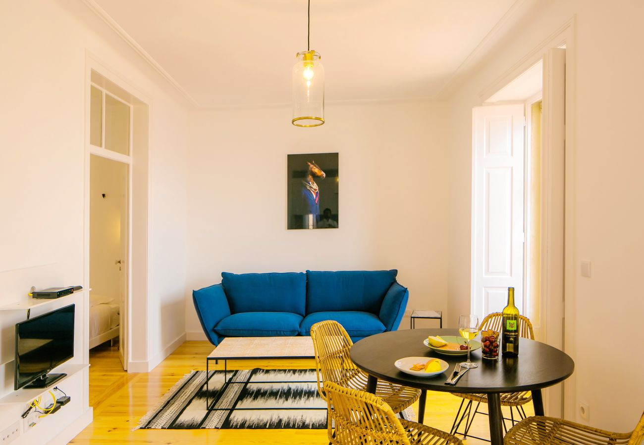 bright living room with views of the Tagus thanks to an outdoor access