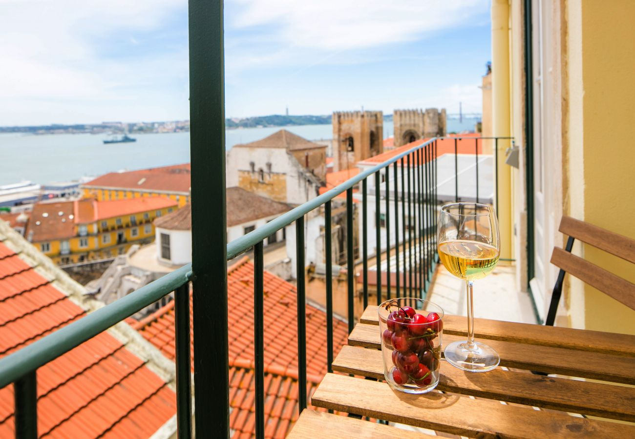 splendid view of Sé Cathedral on the balcony of the rental apartment