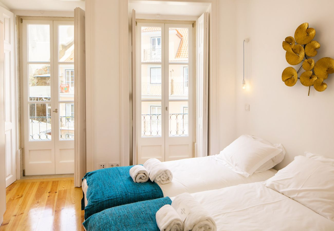Room with outdoor access thanks to a balcony with Tagus view