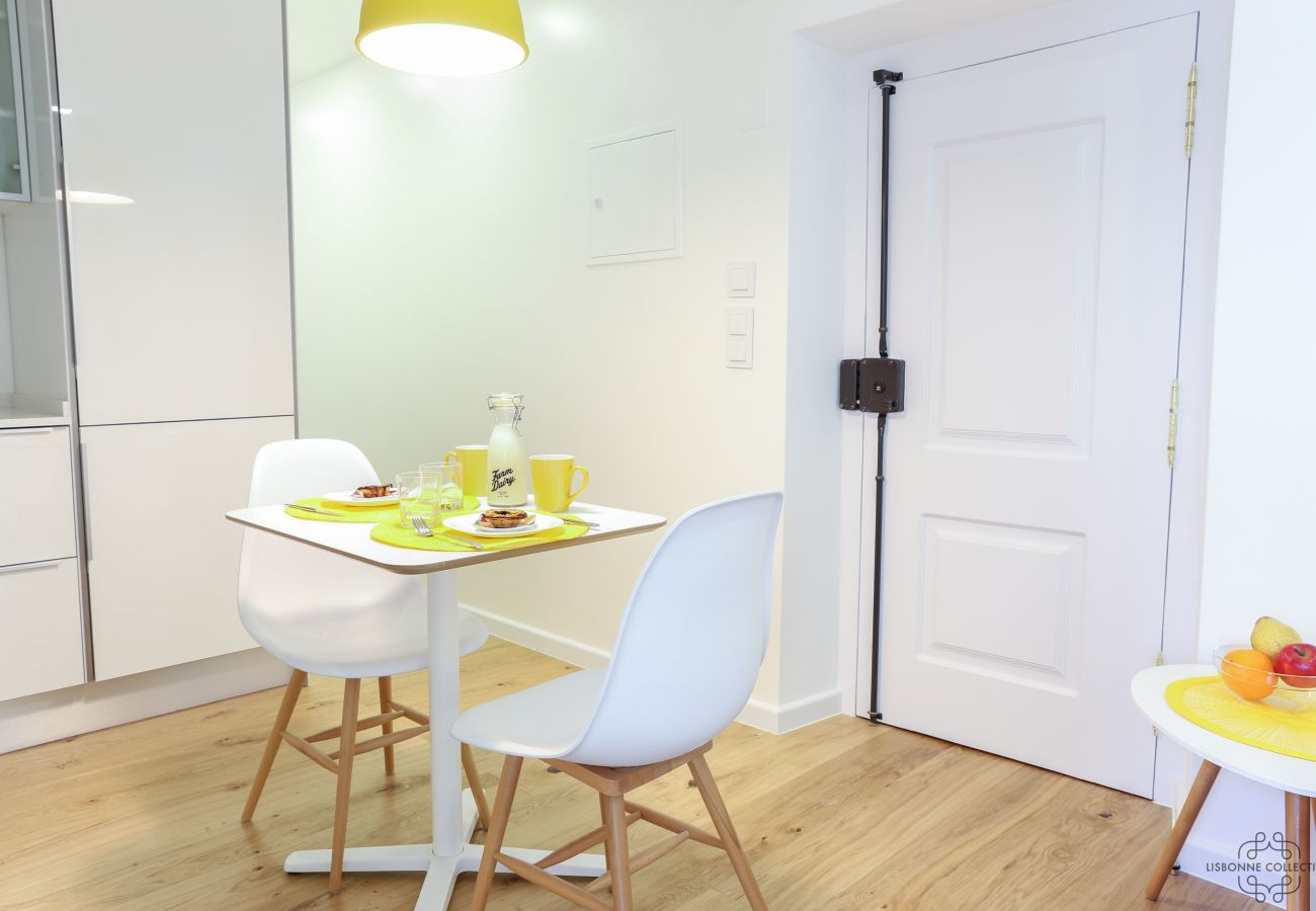 spacious and bright dining room for rent in Lisbon