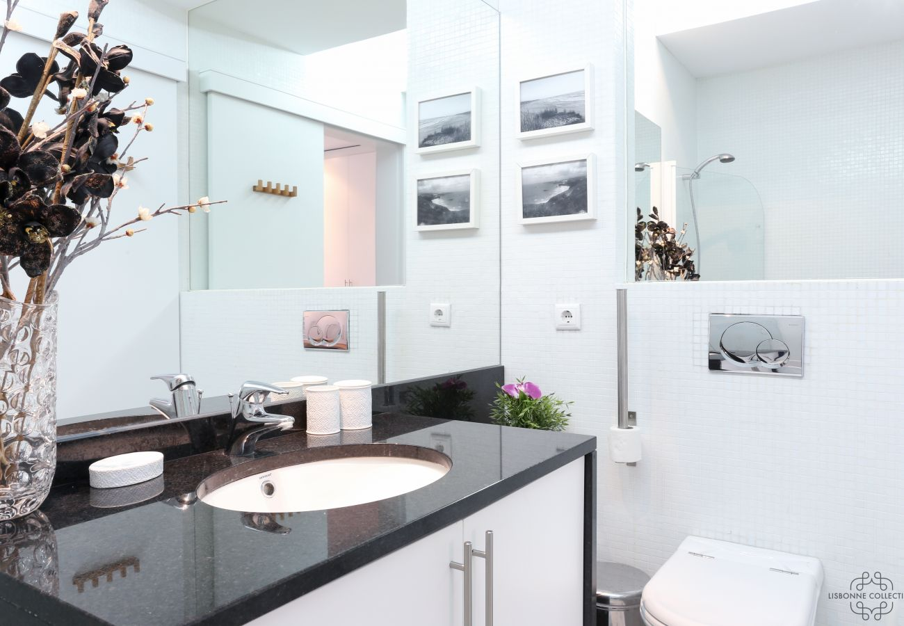 Large spacious and bright contemporary luxurious bathroom