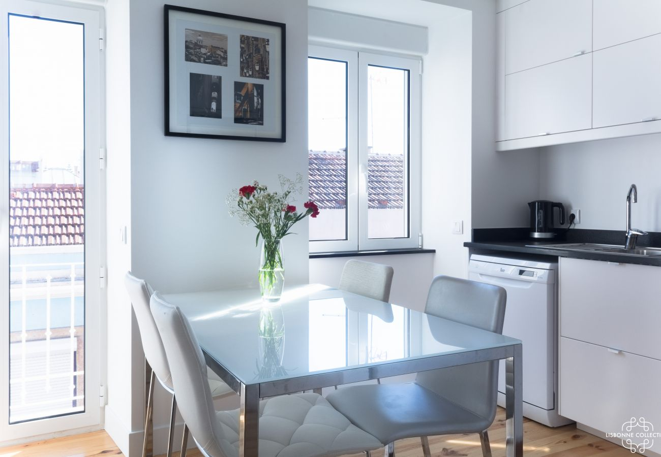 Bright kitchen with outdoor access in the heart of the city
