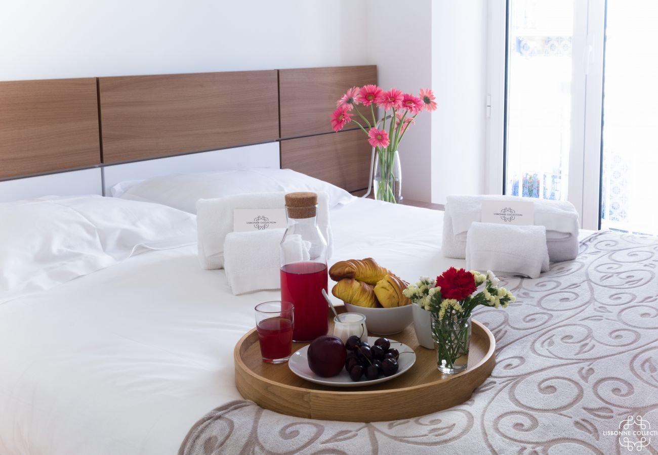 Room for 2 people with breakfast on the bed ready to be tasted