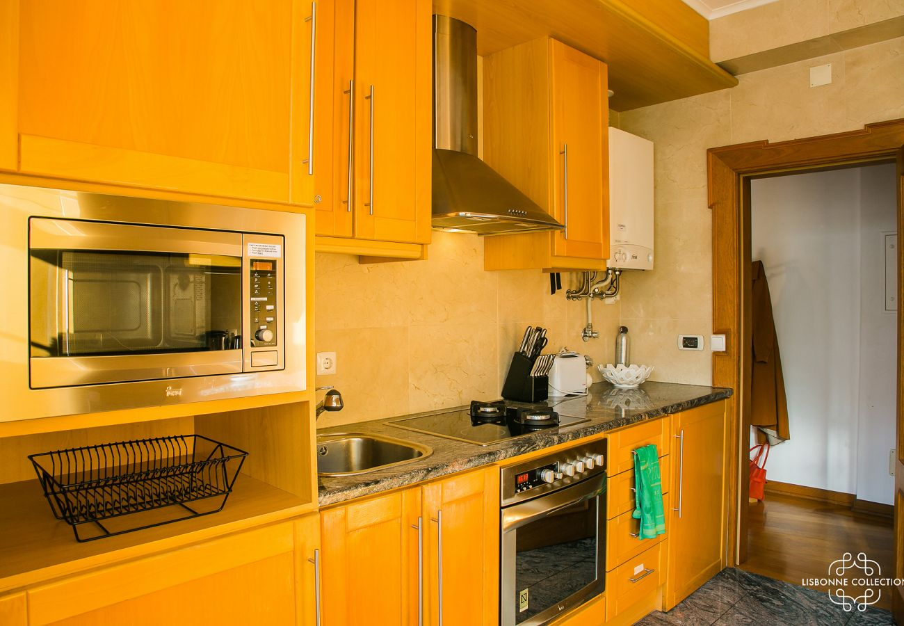 Spacious and fully equipped kitchen in an apartment near São Jorge Castle