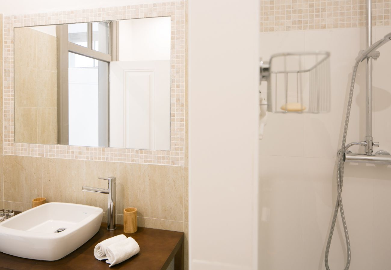Fully equipped bathroom in an apartment for rent in Lisbon