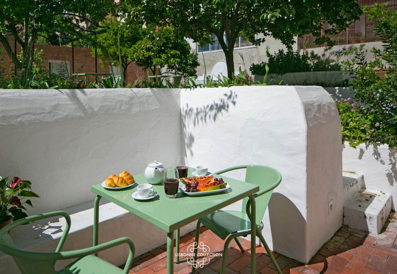 Terrace with garden overlooking the Tagus for the holidays