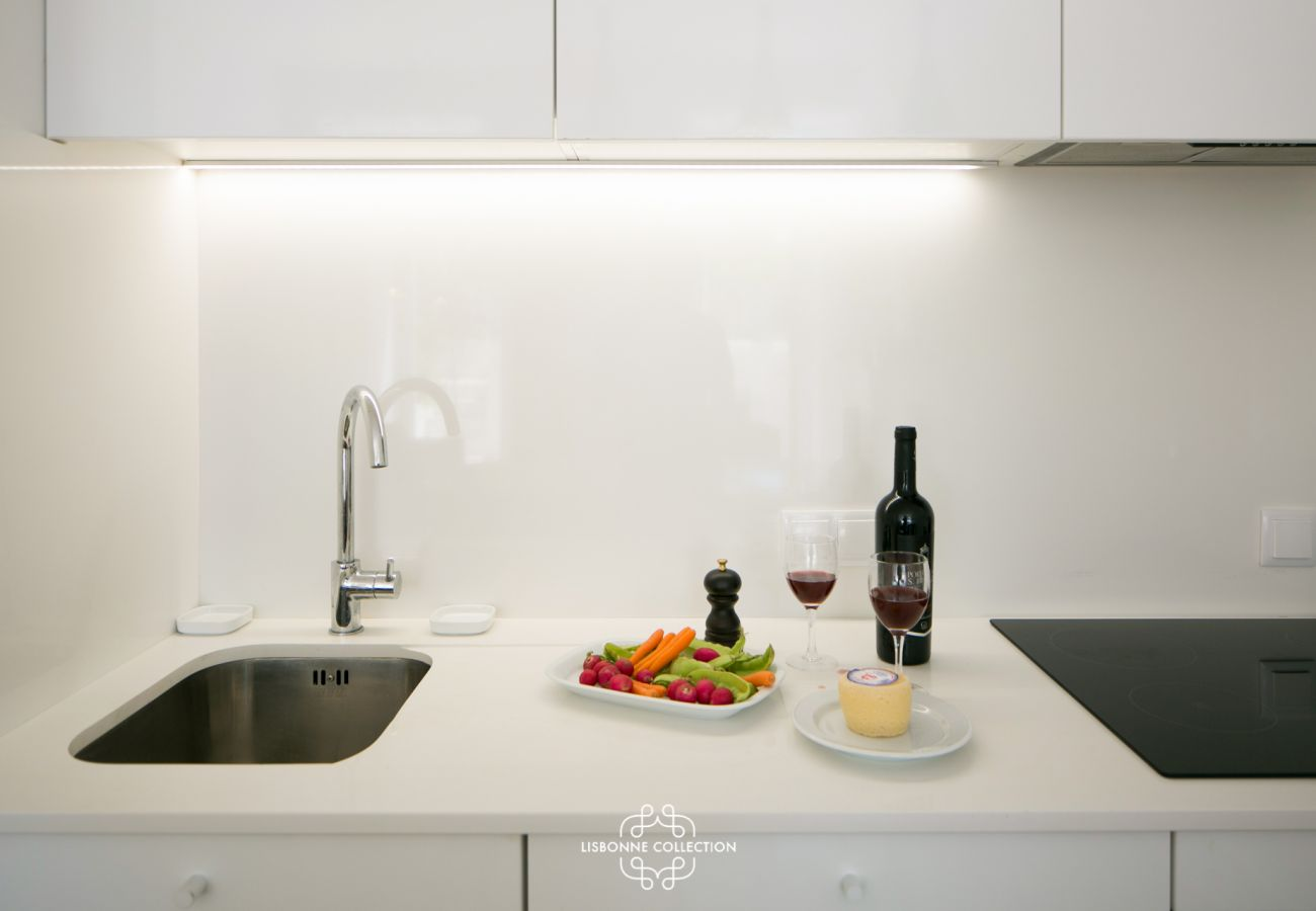 Fully equipped kitchen ready to use with ceramic hob