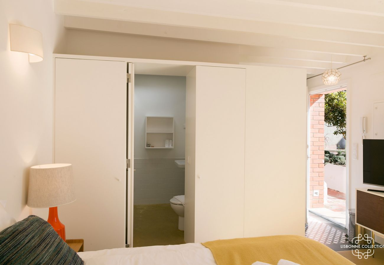 Studio with room for 2 tourists. Access bathroom and kitchen