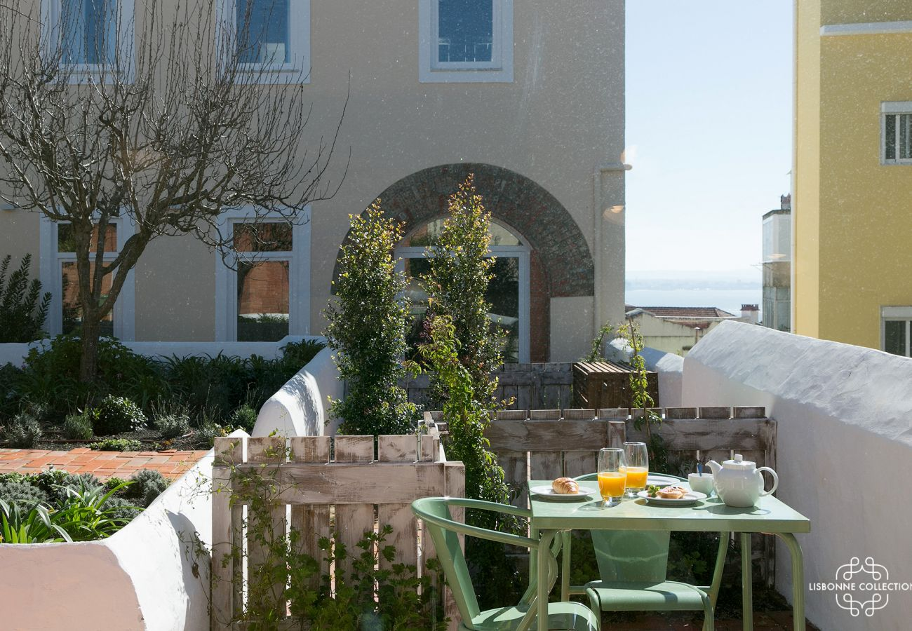 Studio with terrace with Tagus panorama and landscaped green area