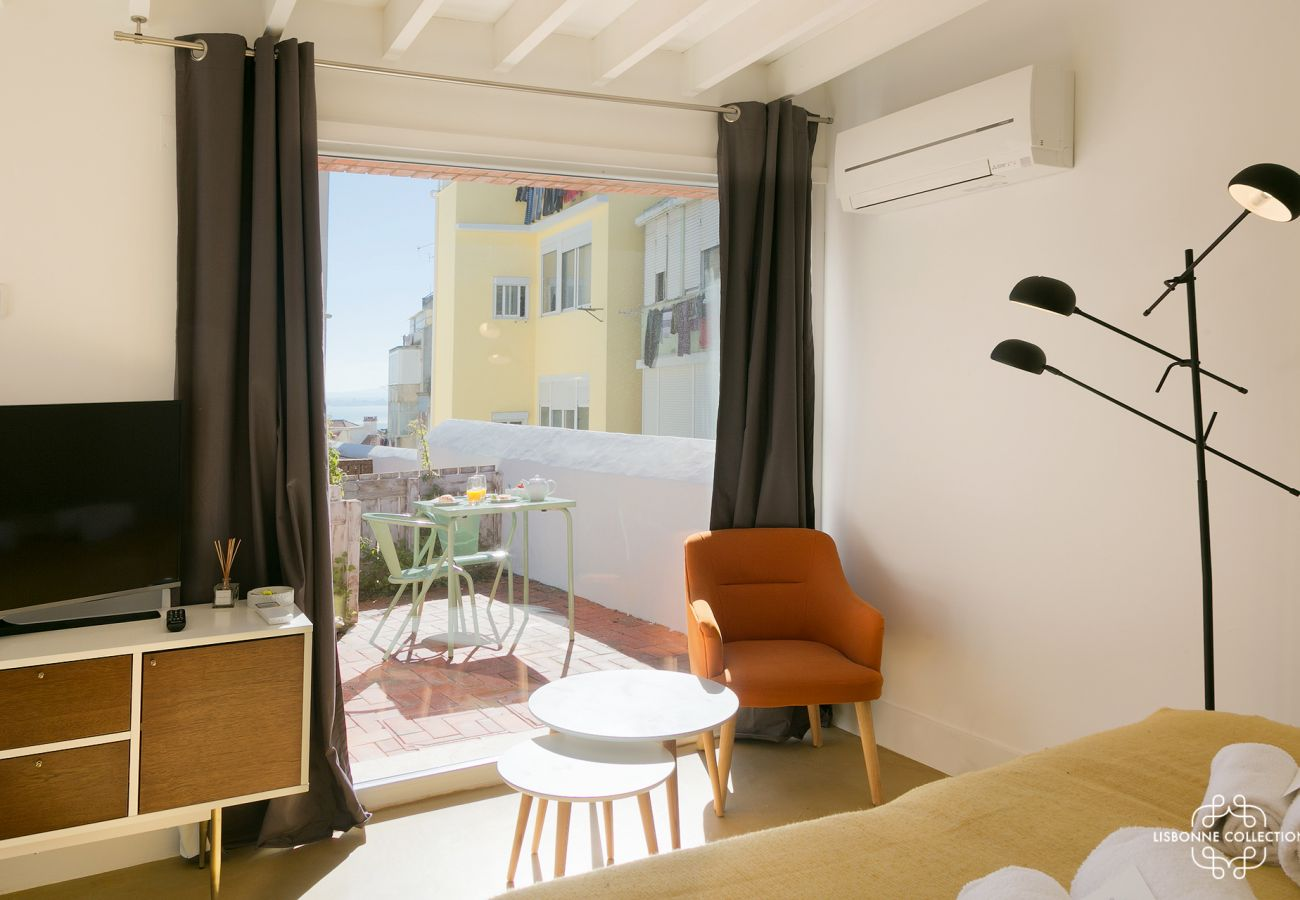 Bay window outdoor access and view of the Tagus in the Portuguese capital