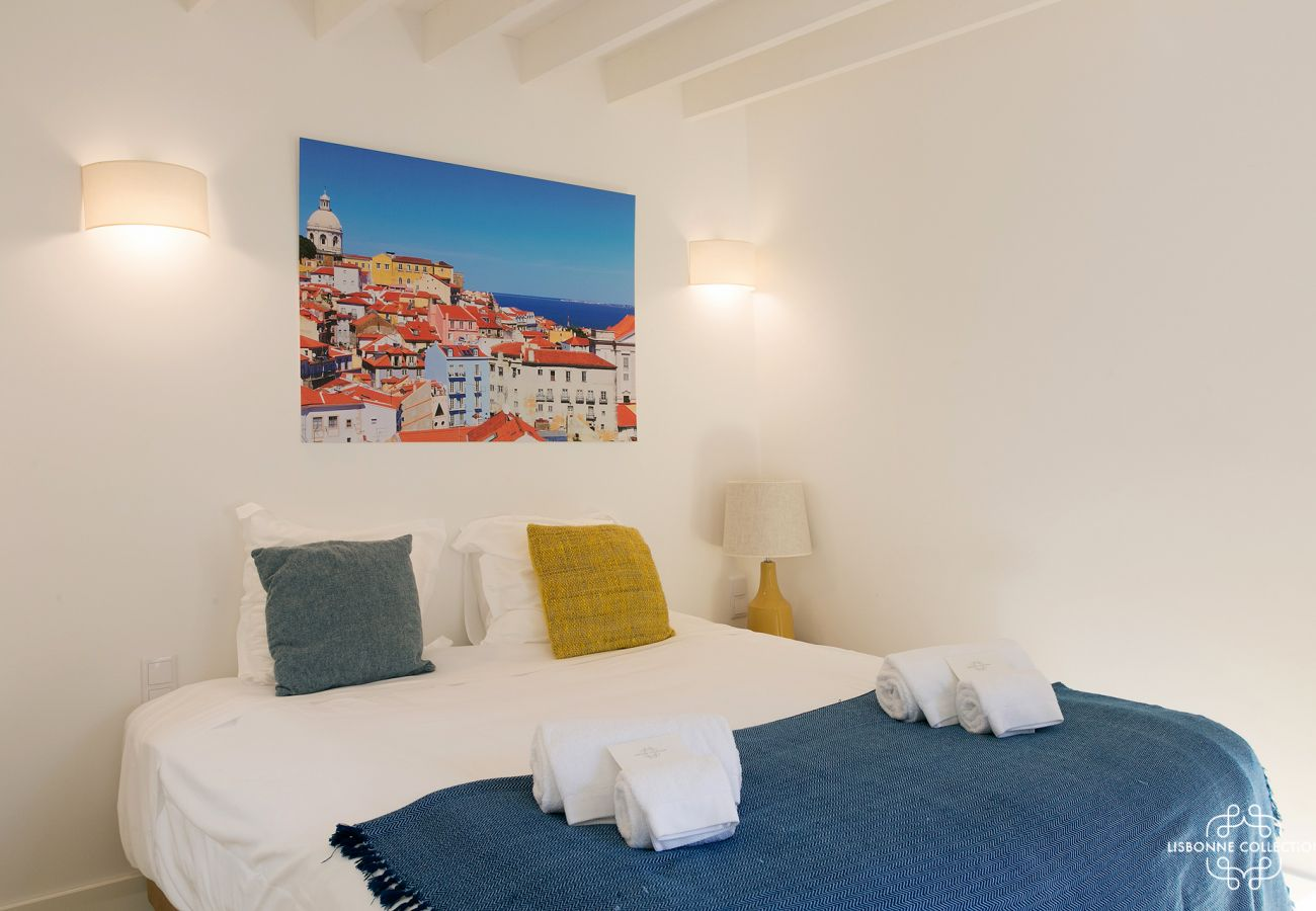 Bed and bright blue room for 2 tourists to rent in Graça