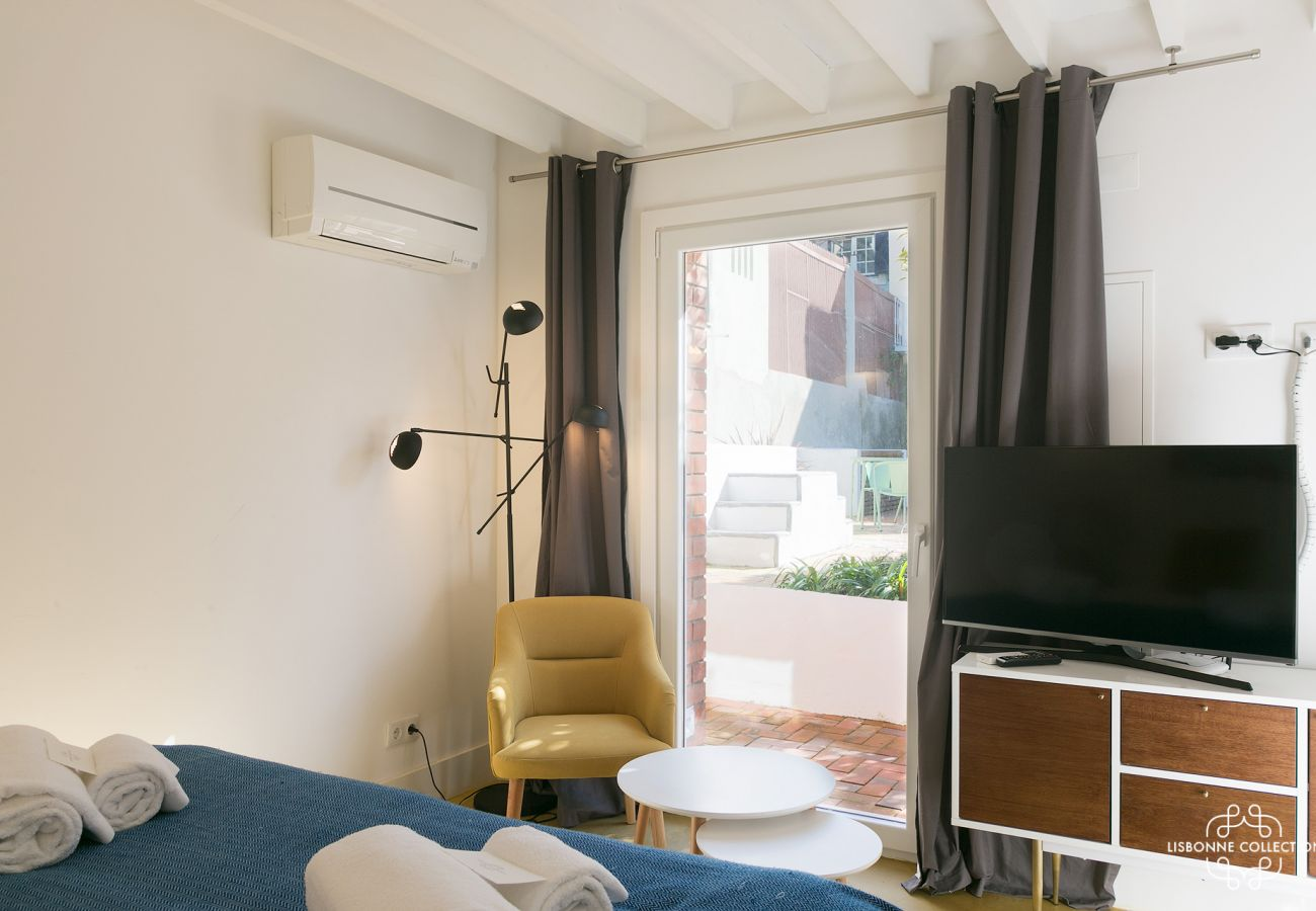 Bay window outdoor access with views of the Tagus River in Lisbon