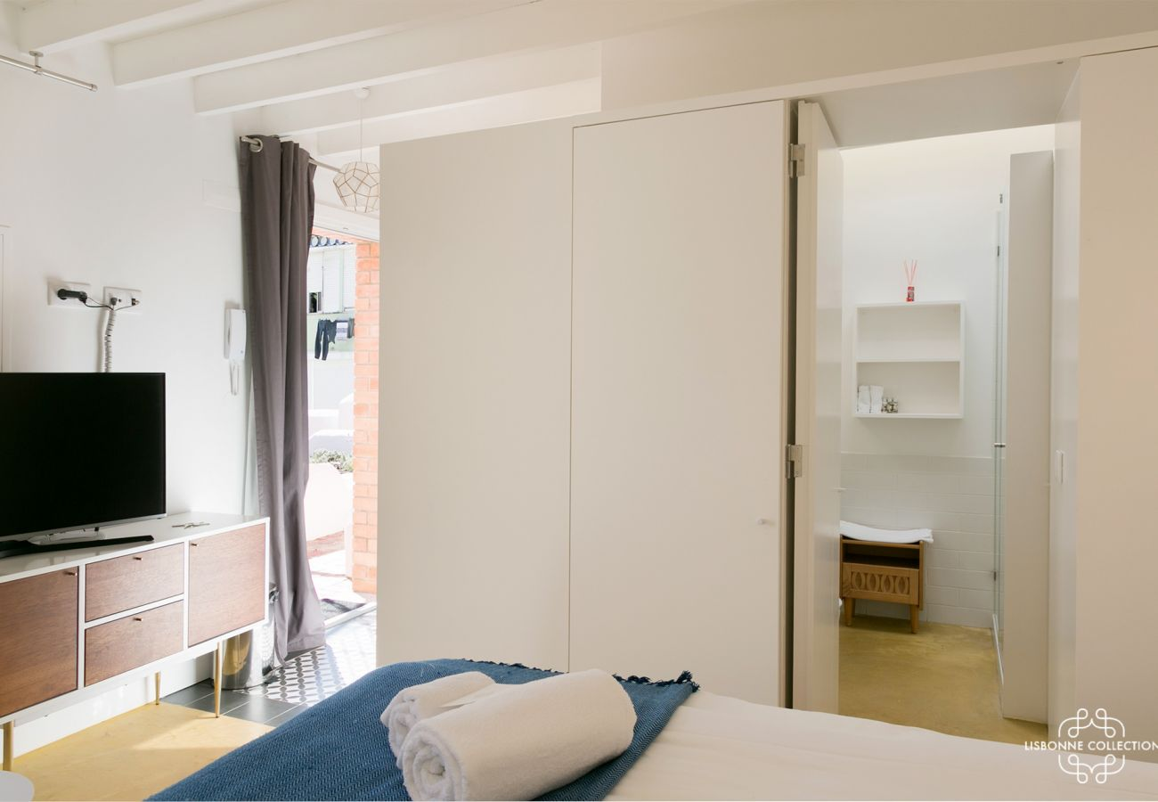 Accommodation with bed for 2 persons next to the bathroom and kitchen