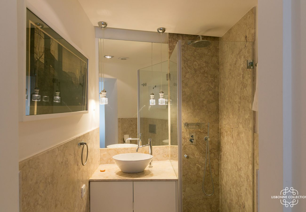 Long marble bathroom for rent in the center of Lisbon