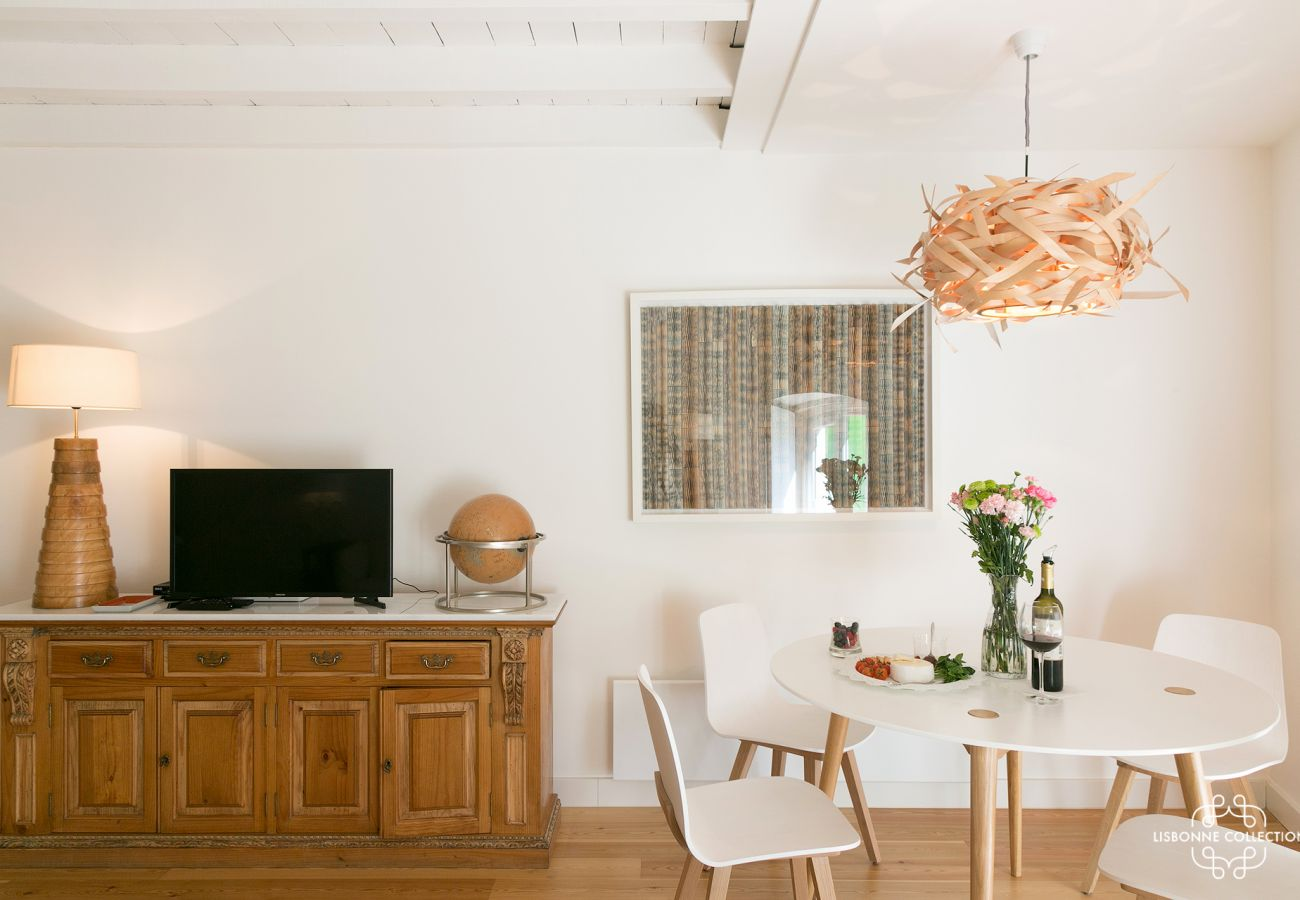 Simple and bright decoration for rent in Lisbon