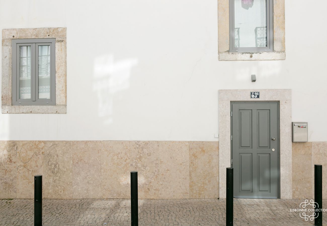 Entrance door to luxury housing for rent for a stay in Lisbon