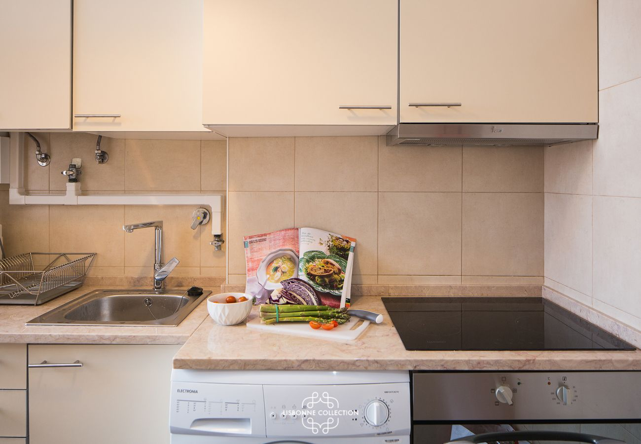 Authentic Lisbon-style kitchen fully equipped with electric hob