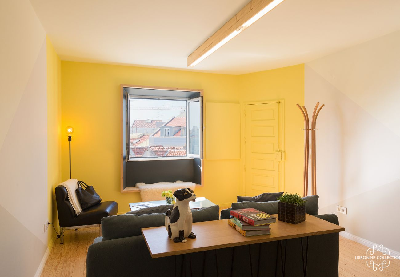 Apartment with yellow decoration, sober and elegant for a stay