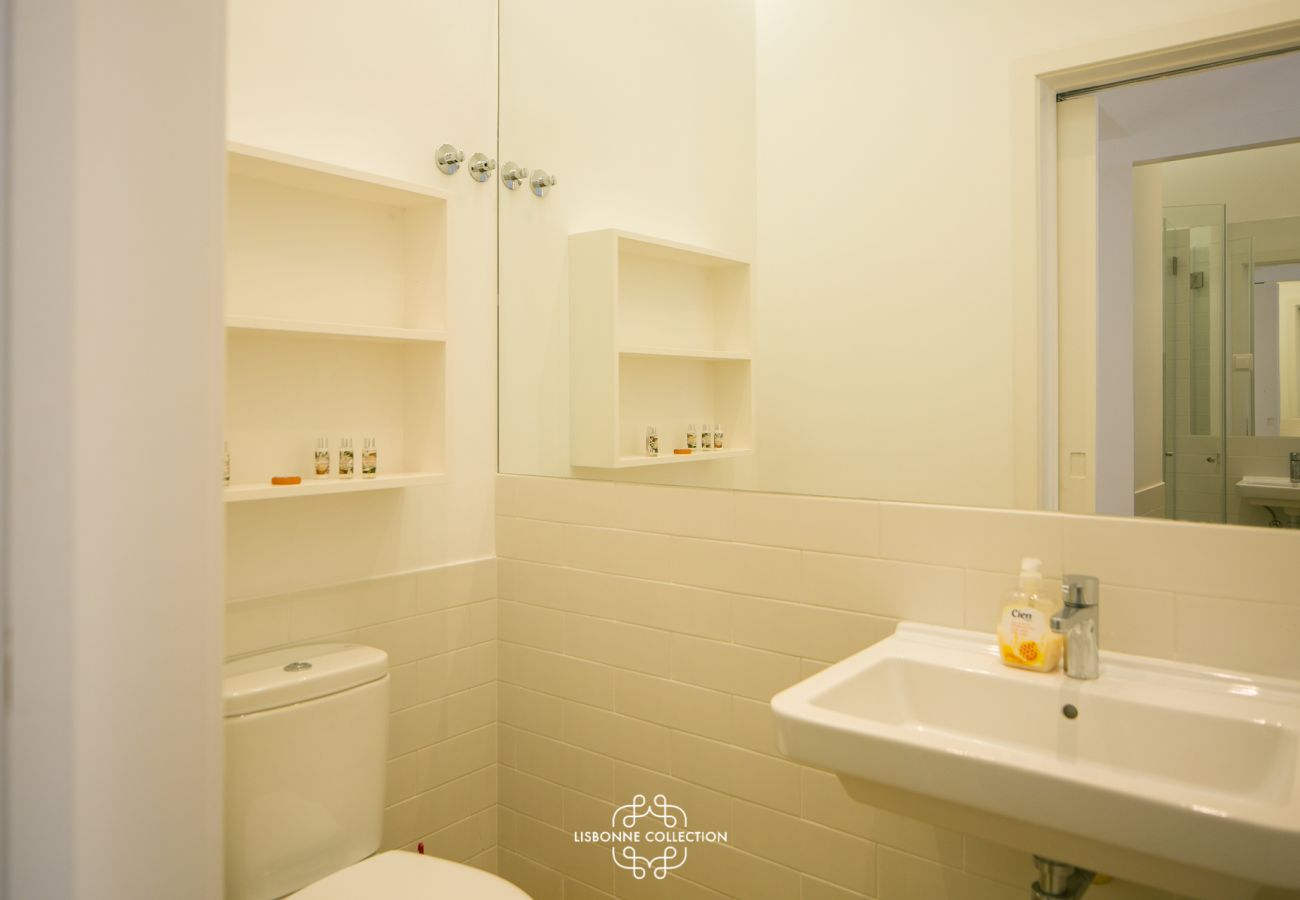 White water room standing and contemporary located in the city center 14. Tap with soap and towel folded on the side