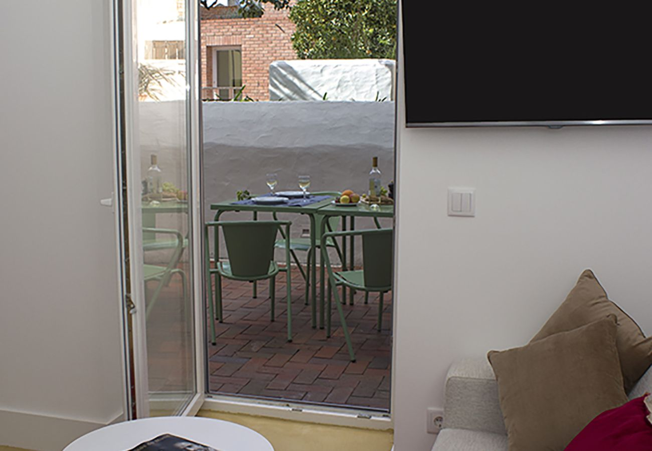Outside access on the cozy and bright furnished terrace