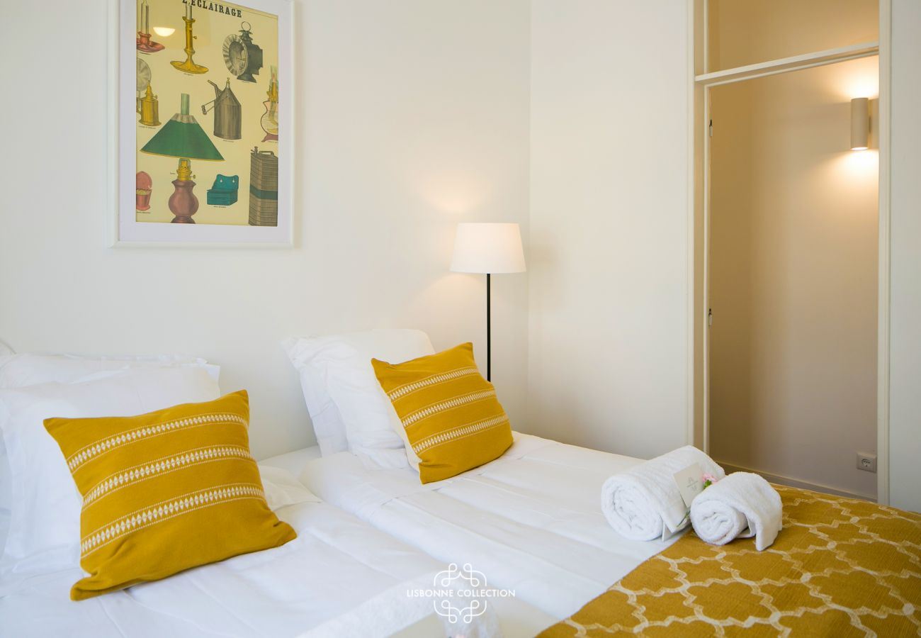 Prestigious bedroom in an apartment for rent in Lisbon