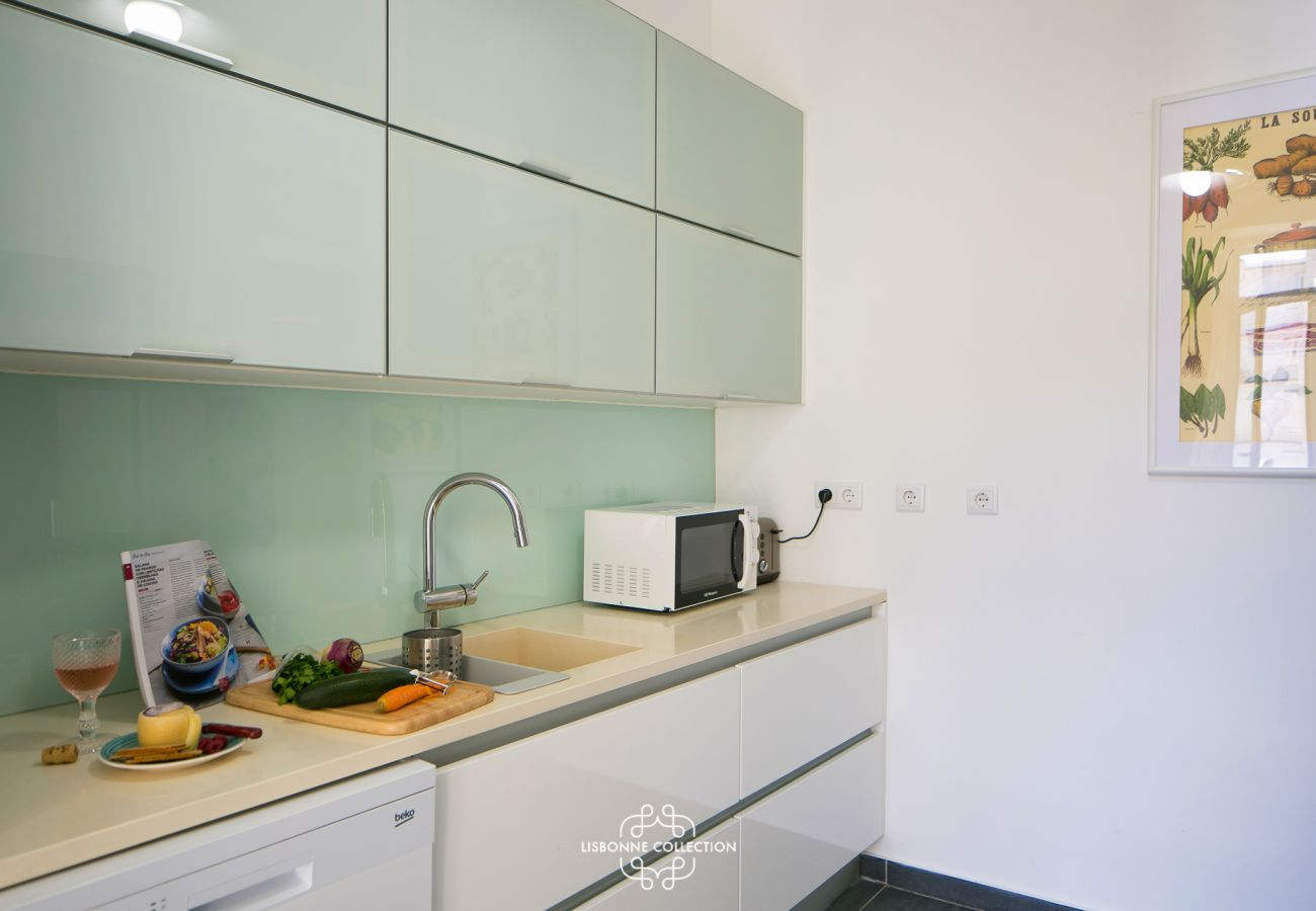 Large designer kitchen fully equipped and ready to use