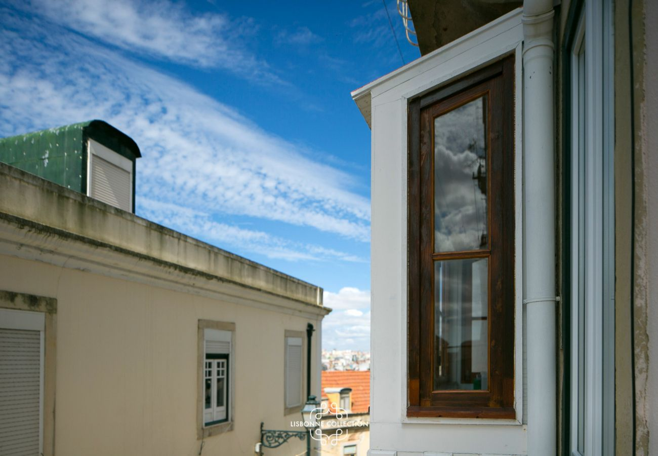 View of the living room window on the street where the rented accommodation is