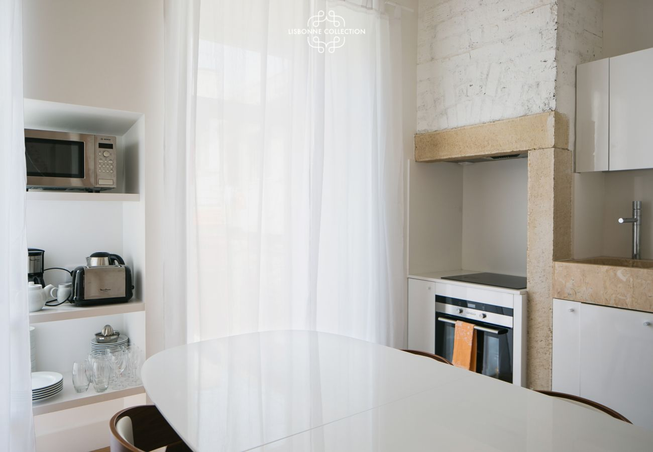 White and modern dining kitchen for a stay in the Portuguese capital