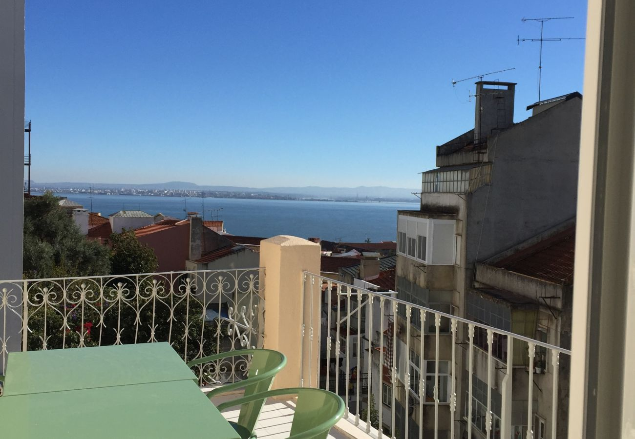 Outdoor access with Tagus view for rent for holidays