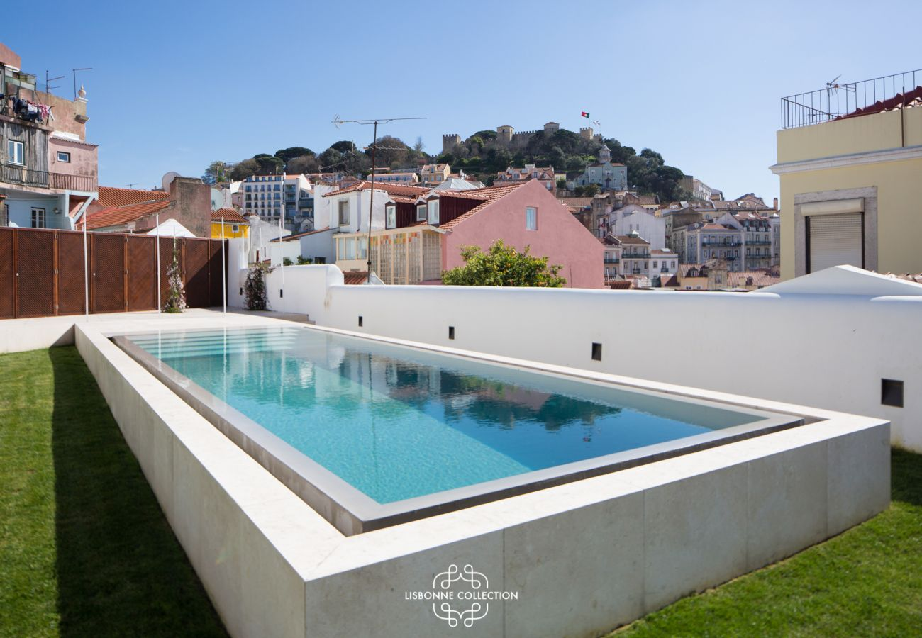 Large blue pool with panoramic views of the Portuguese capital