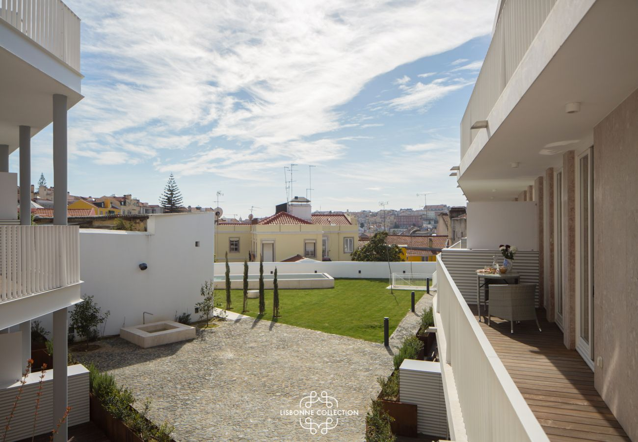 View of the swimming pool of the apartment for rent in Lisbon