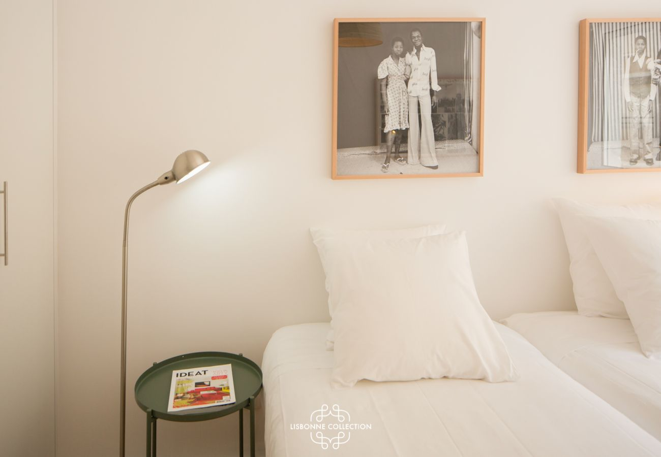 Sleeping for one person, lamp and bedside table in the district of Graça